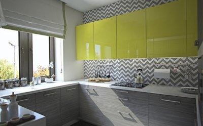 Интерьер трехкомнатной квартиры с яркими акцентами
